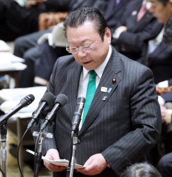 競泳の池江選手に関する発言を巡り謝罪する桜田五輪相(13日、衆院予算委)