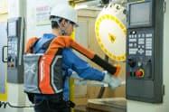 腰や腕を補助する「マッスルアッパー」。重い荷物の持ち上げを楽にする装着型ロボットの販売をアジアに広げる