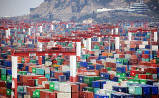 中国・上海の港に並ぶコンテナ