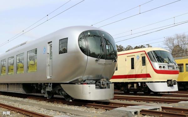 公開された西武鉄道の新型特急「ラビュー」。奥は現行の「ニューレッドアロー」(14日午前、埼玉県所沢市)