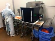 キユーピーが導入した原料検査装置。「いちょう切り」したニンジンの不良品を画像解析で選別して取り除く