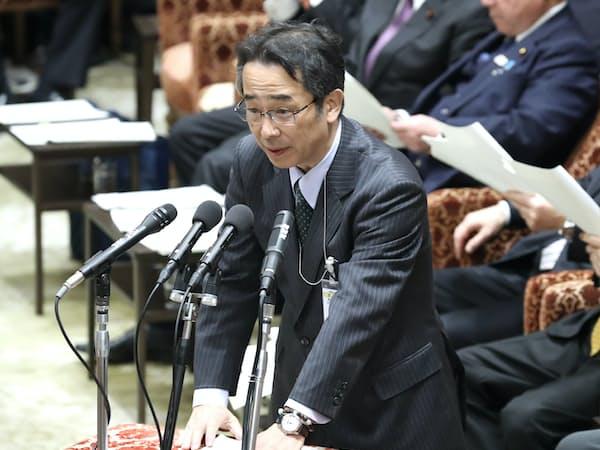 衆院予算委で答弁する中江元哉元首相秘書官(14日午前)