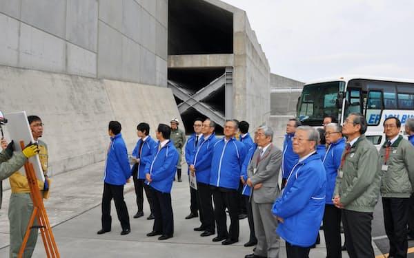 経団連の中西宏明会長(右手前)らが浜岡原子力発電所の防波壁などを視察した(14日、静岡県御前崎市)