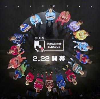 Jリーグのキックオフカンファレンスで、円陣で写真に納まる選手たち(14日、東京都中央区)=Jリーグ提供・共同