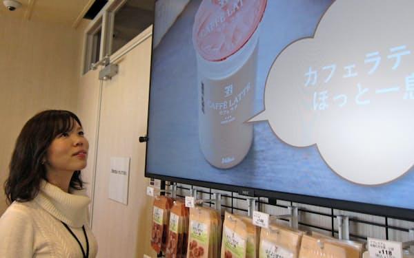 カメラ画像で顧客の性別・年代を分析し、お薦め商品を電子看板に映すことも可能(NECが実証実験中の都内の無人コンビニ)