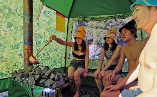 ストーブの石に水をかけ、室内の温度を上げる(相模原市の青野原 野呂ロッジキャンプ場)