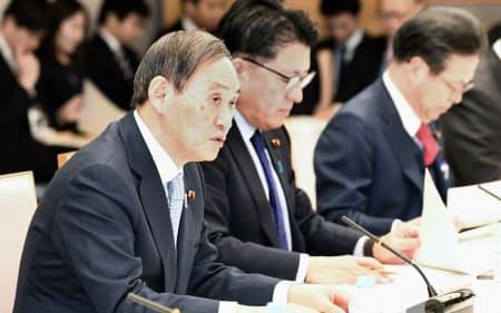 デジタル・ガバメント閣僚会議であいさつする菅官房長官(左)(15日午前、首相官邸)