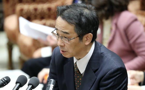衆院予算委で答弁する中江元哉前首相秘書官(15日午前)