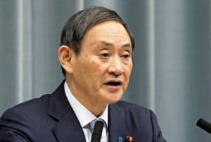 記者会見する菅官房長官(15日午前、首相官邸)=共同