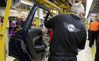 BMWはミニのオックスフォード工場の休止時期を4月に変更した=ロイター