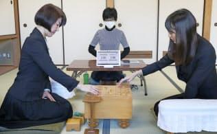 新設された清麗戦は2敗するまで対局が続けられる。開幕戦の清水市代女流六段(左)と谷口由紀女流二段(1月7日、東京都渋谷区)
