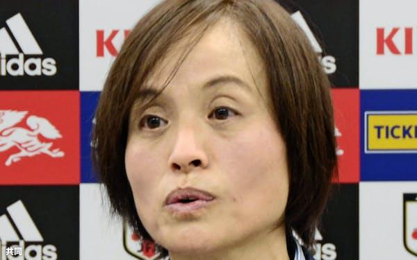 記者会見するサッカー女子日本代表の高倉麻子監督(15日、東京都内)=共同