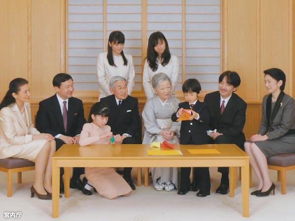 皇族の数は減少が続く(2011年12月の天皇ご一家)=宮内庁提供