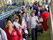 クウェートでの虐待事件を受け、帰国した出稼ぎフィリピン人たち(18年2月、マニラ)=ロイター