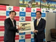 絵巻の寄贈を受けた原田袋井市長(右)とトッパン・フォームズの亀山副社長