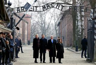 アウシュビッツ強制収容所を訪れたペンス米副大統領(中央右)とポーランドのドゥダ大統領(同左)ら(15日)=ロイター