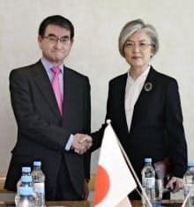 会談冒頭、韓国の康京和外相(右)と握手する河野外相(15日、ドイツ・ミュンヘン)=代表撮影・共同