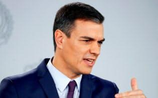 スペインのサンチェス首相は解散総選挙を発表した(15日、マドリード)=ロイター