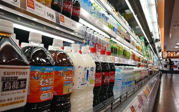 清涼飲料各社は一斉に大型ペットボトル商品を値上げする(東京都品川区)