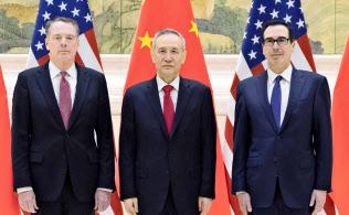 14日、北京の釣魚台迎賓館で、撮影に応じる(左から)米国のライトハイザー通商代表、中国の劉鶴副首相、ムニューシン米財務長官(新華社=共同)