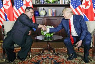 2018年6月、シンガポールで会談する北朝鮮の金正恩朝鮮労働党委員長(左)とトランプ米大統領=AP