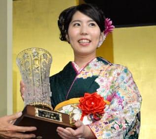 優勝杯を手に笑顔を見せる里見香奈女流王座(15日午後、東京・丸の内)