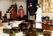 一般公開された「菊水日本酒文化研究所」。見学者を案内する高野さん(右)(新潟県新発田市)=共同