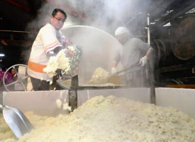 大地震や豪雨で被災した8道県産のコメをブレンドした焼酎の仕込み作業(16日午後、熊本県人吉市)=共同