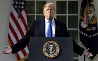 ホワイトハウスで非常事態宣言の記者会見に臨むトランプ米大統領(15日)=AP