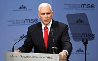 ミュンヘン安全保障会議で演説するペンス米副大統領(16日、ドイツ南部ミュンヘン)=ロイター