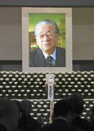 祭壇に飾られた堺屋太一さんの遺影(17日午後、東京都港区の青山葬儀所)=共同