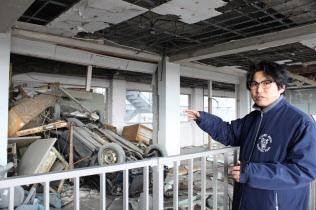 津波で運ばれた車が校舎3階に転がったまま保存・公開される