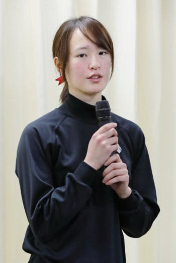G1レース初挑戦を終え、記者会見する藤田菜七子騎手(17日、東京競馬場)=共同