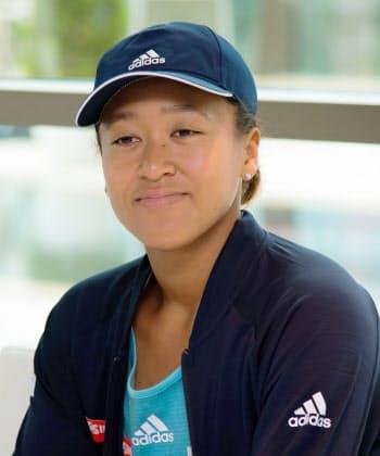 記者会見する女子テニスの大坂なおみ選手(17日、ドバイ)=共同