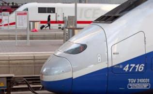 仏アルストムのTGV(手前)と独シーメンスのICE(2014年、ミュンヘン)=ロイター