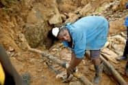労働者が閉じ込められたジンバブエのカドマ郊外の金鉱で救助作業をする人(17日)=ロイター