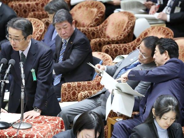 衆院予算委の集中審議で答弁する中江元哉前首相秘書官(2月18日)