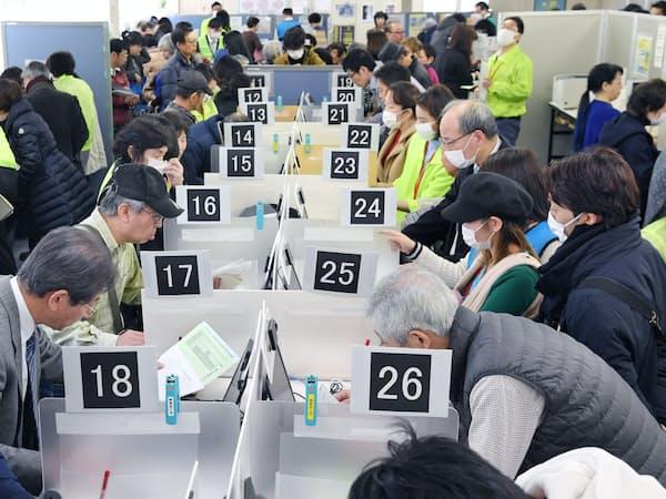 確定申告が始まり、税務署で手続きをする人たち(18日午前、東京都港区の品川税務署)