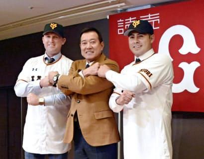 入団記者会見で原辰徳監督とポーズをとるビヤヌエバ(右)とクック。今季、巨人には計10人の外国人選手が籍を置く=共同