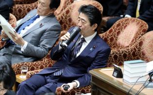 衆院予算委で水筒に口を付ける安倍首相(18日)