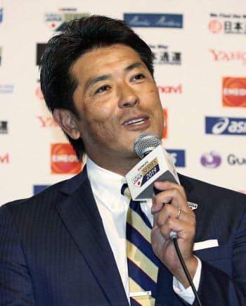 記者会見する野球日本代表の稲葉監督(18日、那覇市)=共同