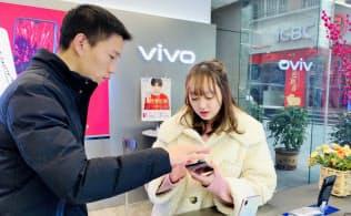 中国ブランドのスマートフォン、vivoの販売は伸びている(重慶市内の店舗)
