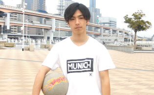 フリースタイルフットボールのプロ選手、吉田伊吹さん(22)