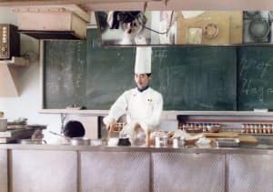 講師として教壇に立ち、フランス料理を教える林裕人さん
