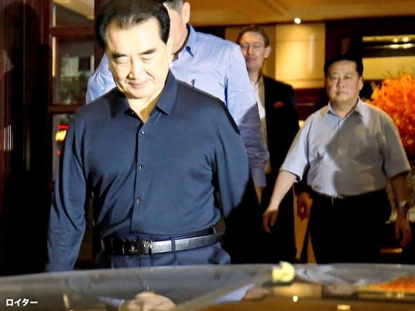 金正恩氏の「執事」と呼ばれるキム・チャンソン氏(左)(16日、ハノイ)=ロイター