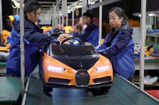世界一の玩具工場である中国が貿易戦争で打撃を受けている(河北省の工場)=ロイター