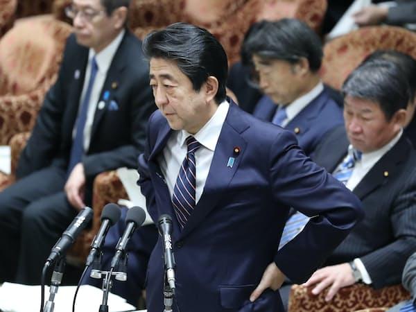 衆院予算委の集中審議で答弁する安倍首相(18日)