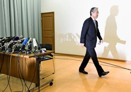 2020年東京五輪招致を巡る贈賄疑惑について記者会見し、退出するJOCの竹田恒和会長=共同