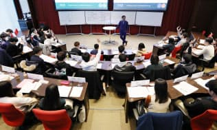 教員の問いかけに学生が次々に手を挙げる(名古屋市中区の名古屋商科大名古屋キャンパス)