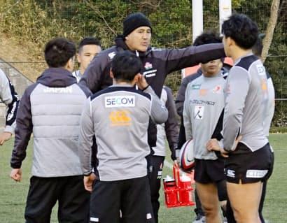 日本代表候補合宿で身振りを交えて指導するジョセフ・ヘッドコーチ(中央)=共同